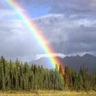 Het ontstaan van licht en een dubbele regenboog